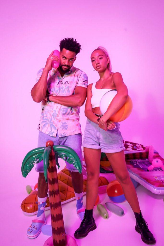 alt=Banjou und sein Model posieren vor der Sommerdeko