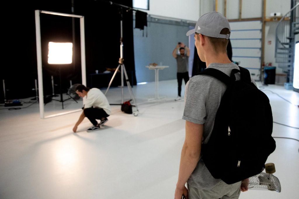 alt= letzter Feinschliff am Set, das Model ist bereit fürs Foto