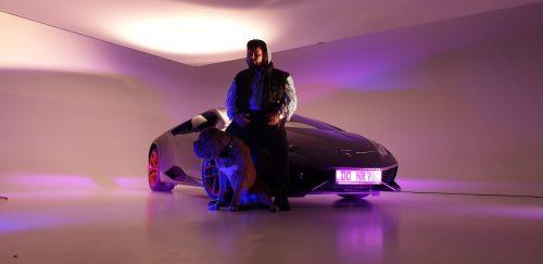 Vierbeiner und Bato vor dem Lamborghini im Studio Duisburg
