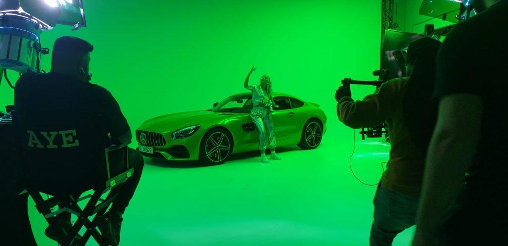 """Aylin posiert vor ihrem Benz für ihre neue Single """"Benz"""""""