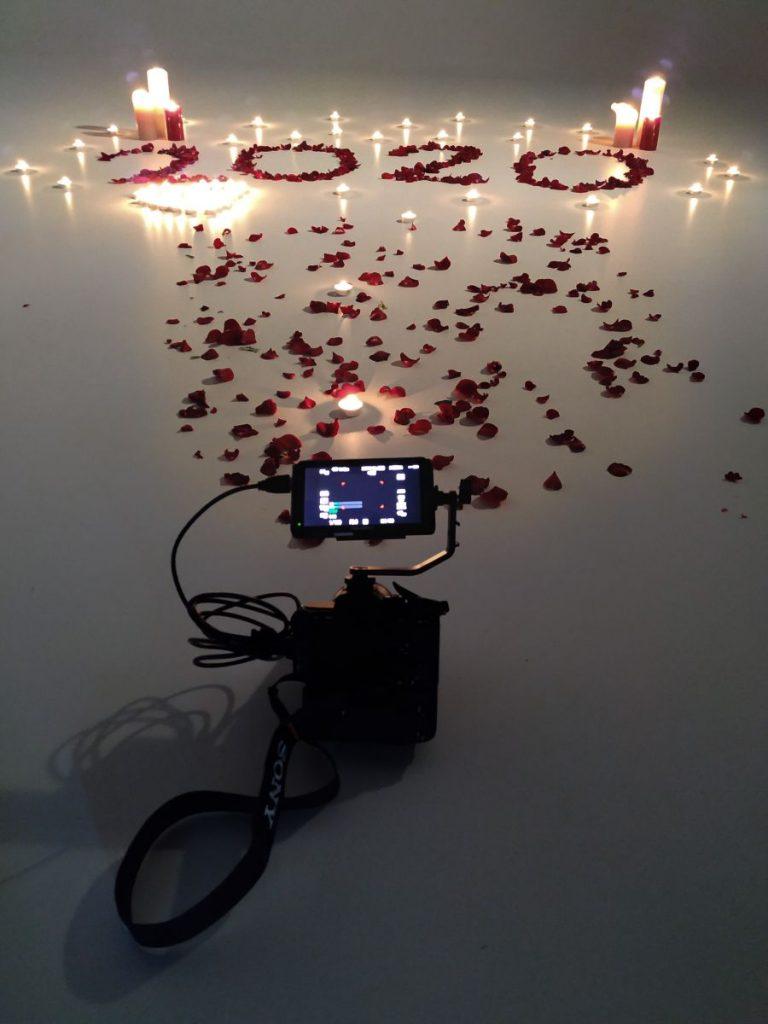 alt=Liebe liegt in der Luft am Set