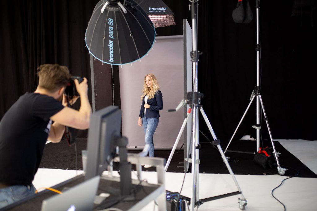 "<img src=""Businessportrait im Studio"" alt=""Vivian Businessportrait im Studio Duisburg"">"