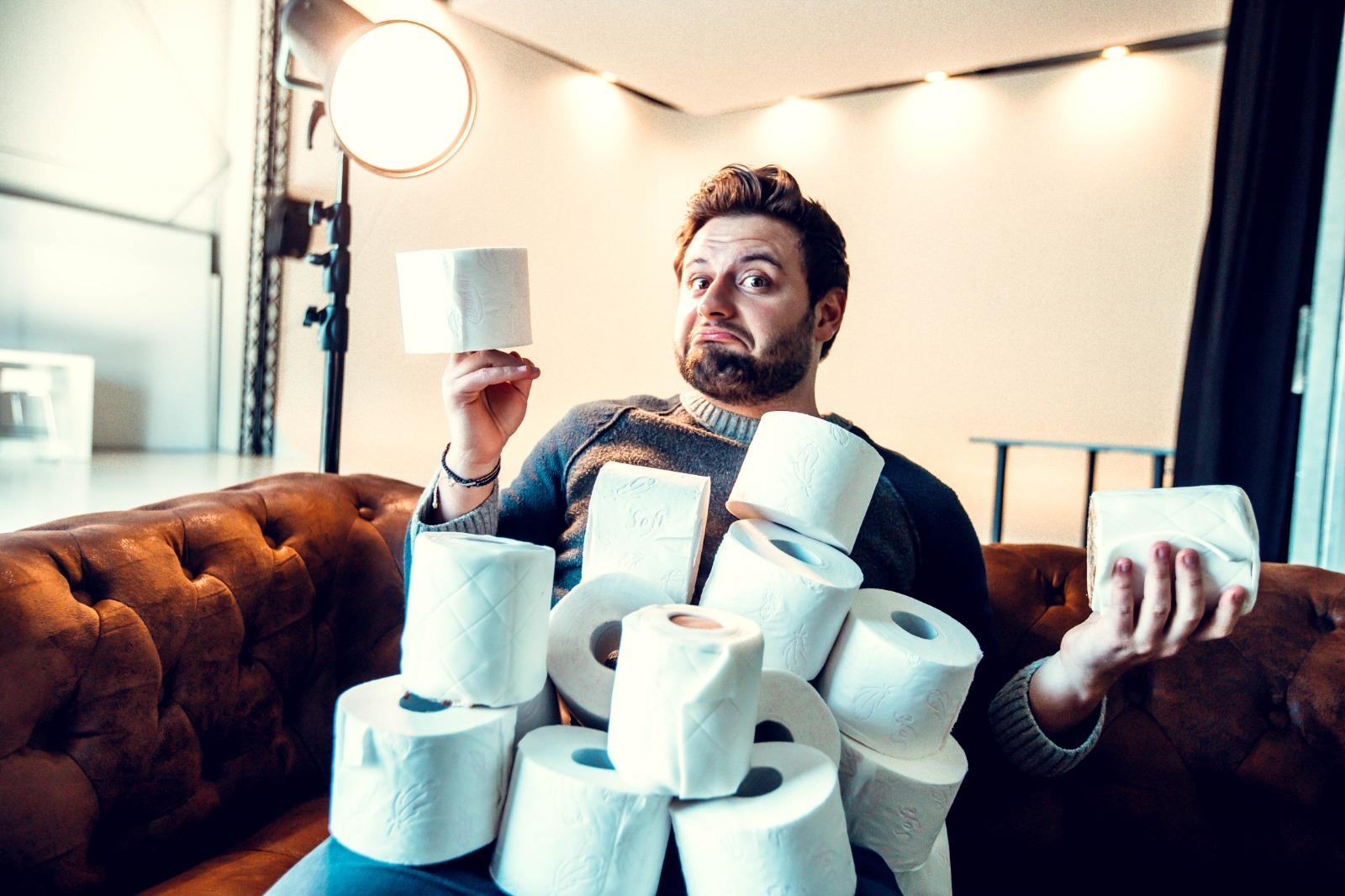 alt=Krisenzeiten und Toilettenpapier mit Eugen auf der Couch