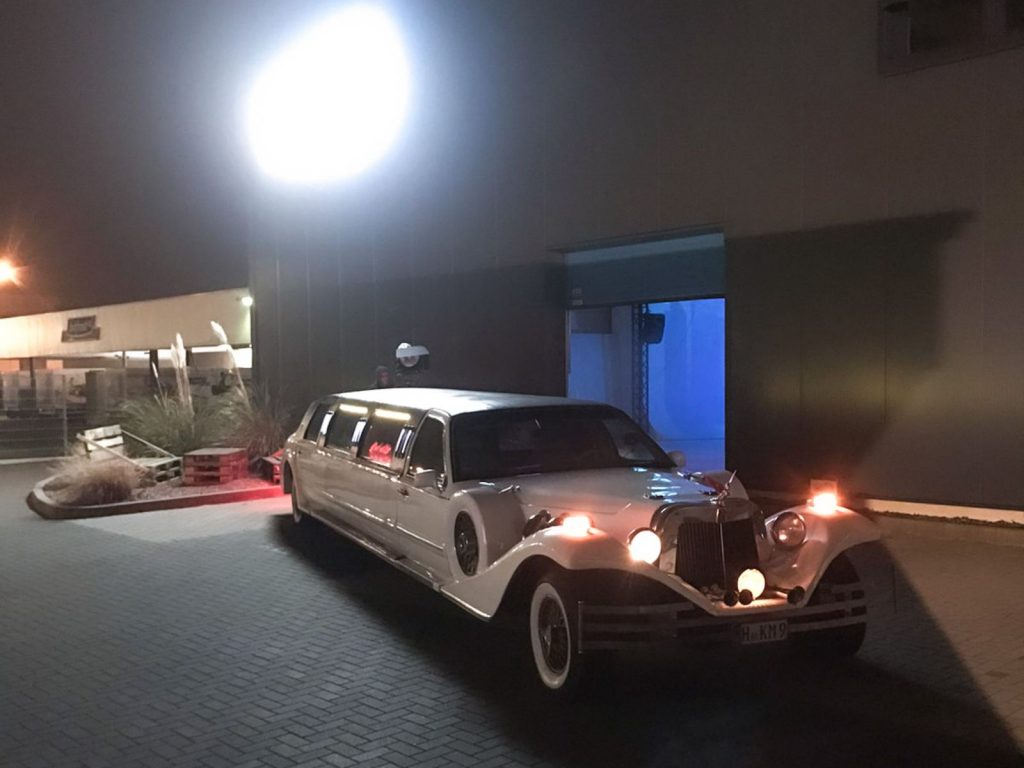 "<img src=""Eyecatcher Films"" alt=""Limousine vor dem Studio"""