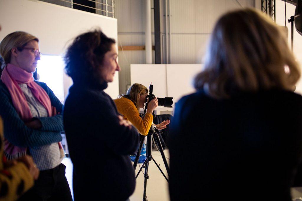 """<img src=""""Anne Wirtz im Studio"""" alt=mit ihrem Team bei der Arbeit"""" title=""""Anne Wirtz im Studio"""">"""