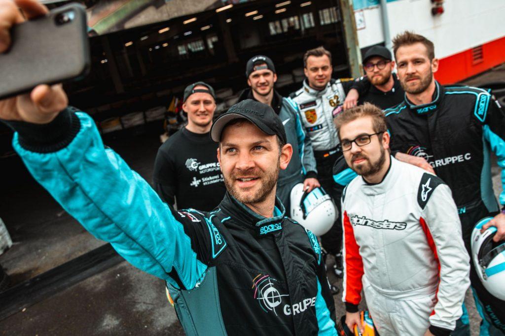 "<img src=""Race4Hospiz.jpg"" alt=""Teamfoto der Gruppe C"" title=""Race4Hospiz-Teamfoto"">"