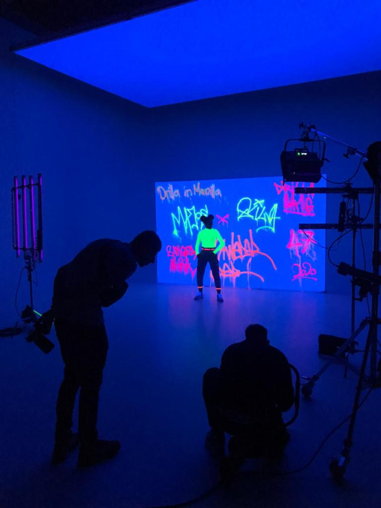 alt=Majoe und Silva produzieren im Studio mit Neon Graffiti-Wand